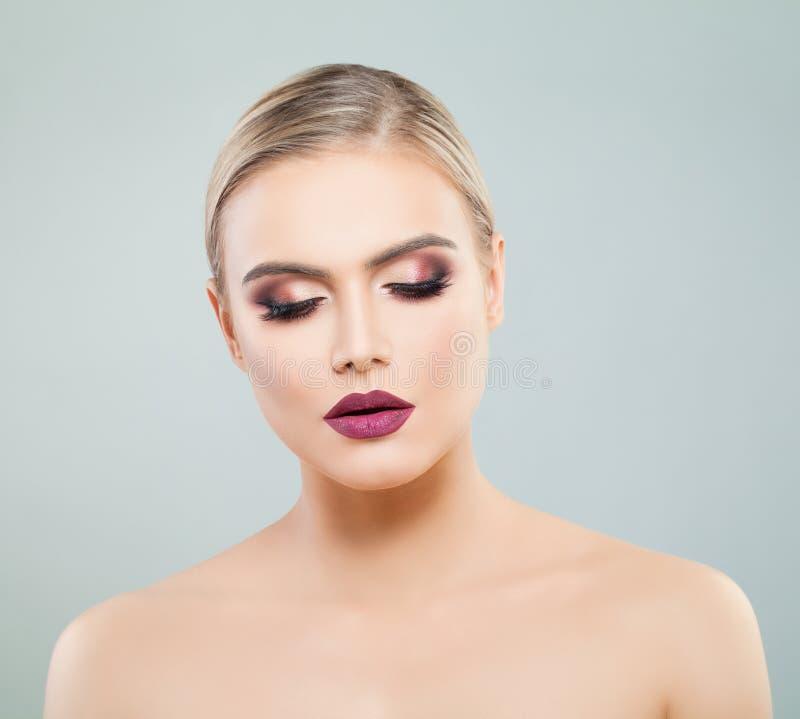 elegancka portret kobiety Makeup z kolorowym błyskotliwości oka cieniem i purpura odcień na wargach Twarzowy traktowanie zdjęcia royalty free