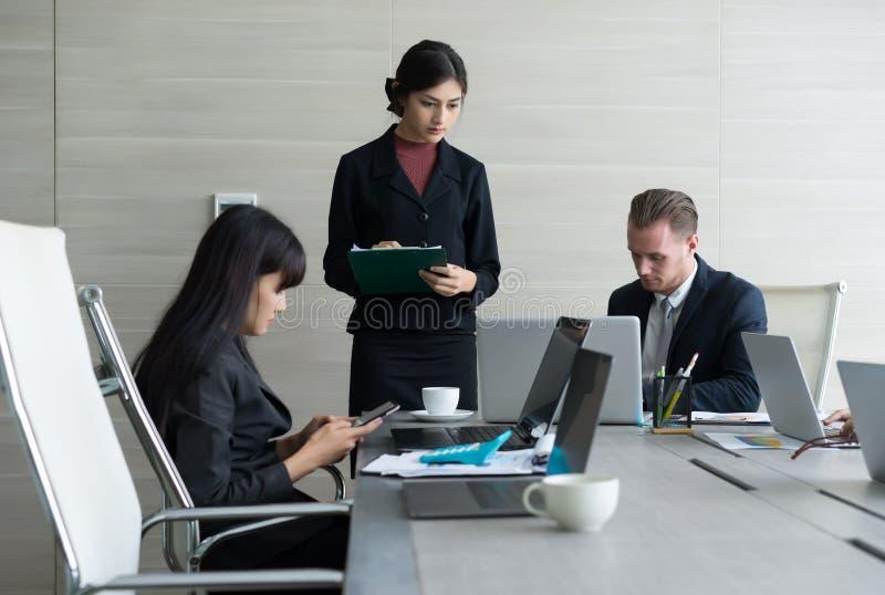 Elegancka sekretarka writing ważna informacja jej szef obrazy stock