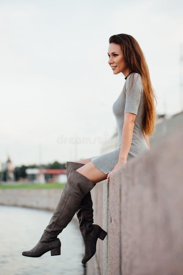 Elegancka seksowna dziewczyna chodzi wzdłuż deptaka Piękni poręcze, forged długie włosy zdjęcie stock