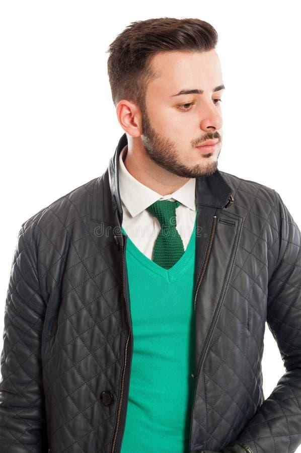 Elegancka skórzana kurtka nad zielonym pulowerem, białą koszula i neckt, zdjęcie royalty free
