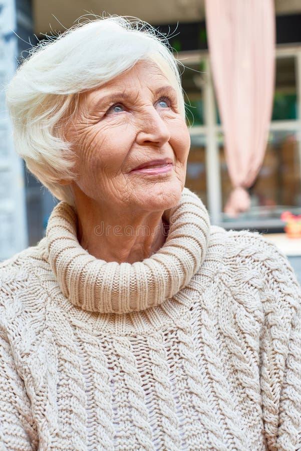 Elegancka stara kobieta w emerytura zdjęcia stock