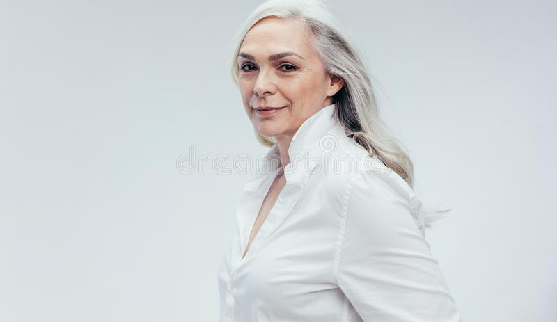 Elegancka starsza kobieta w biały przypadkowym fotografia stock