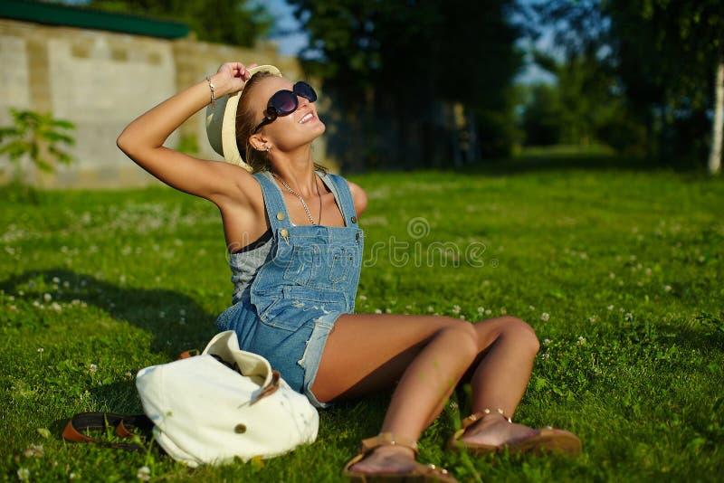 Elegancka styl życia kobieta w przypadkowym płótnie zdjęcia royalty free