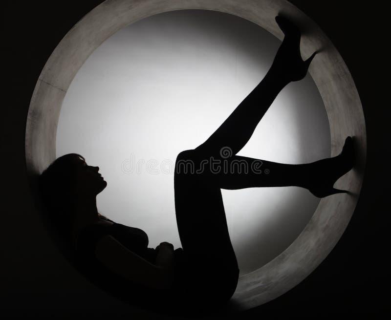 Elegancka sylwetki kobieta w okręgu zdjęcia stock