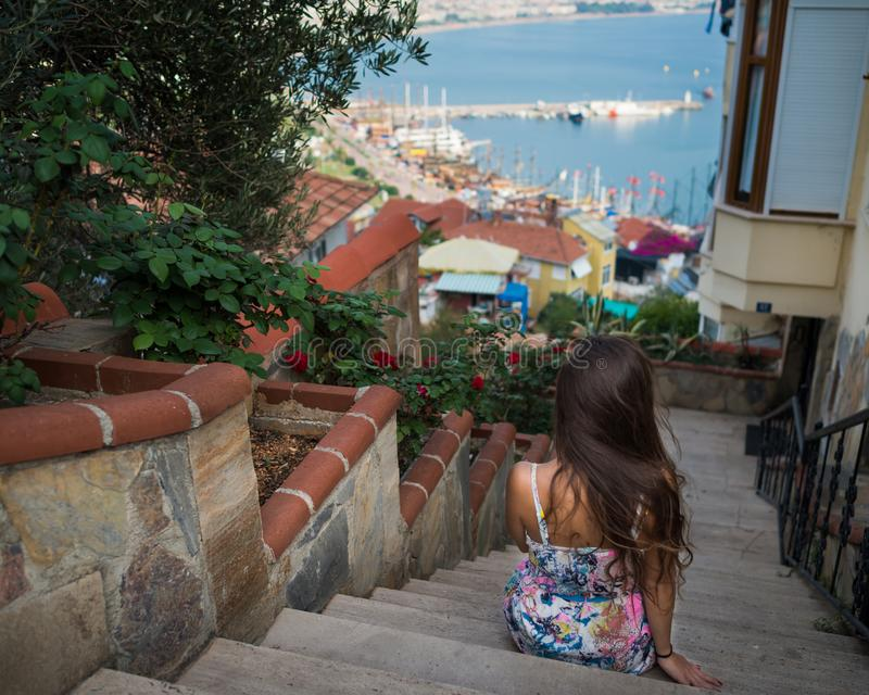 Elegancka unrecognizable kobieta siedzi przy schody zdjęcia royalty free