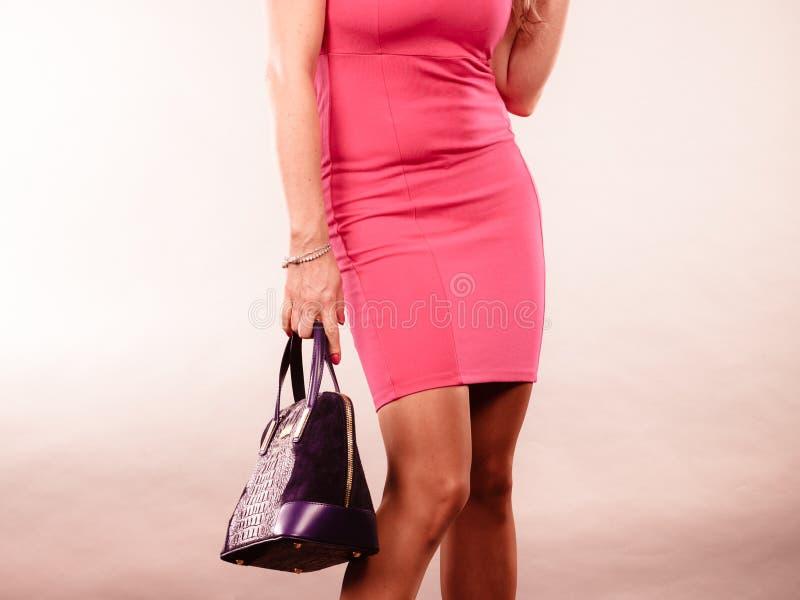Elegancka w połowie starzejąca się kobieta w sukni z torbą fotografia stock
