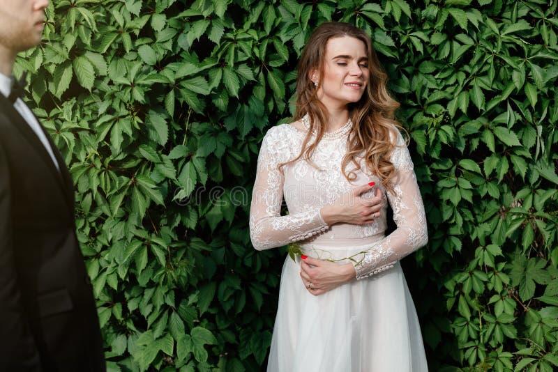 Elegancka wspaniała panna młoda i elegancki fornal pozuje w parku zdjęcia stock