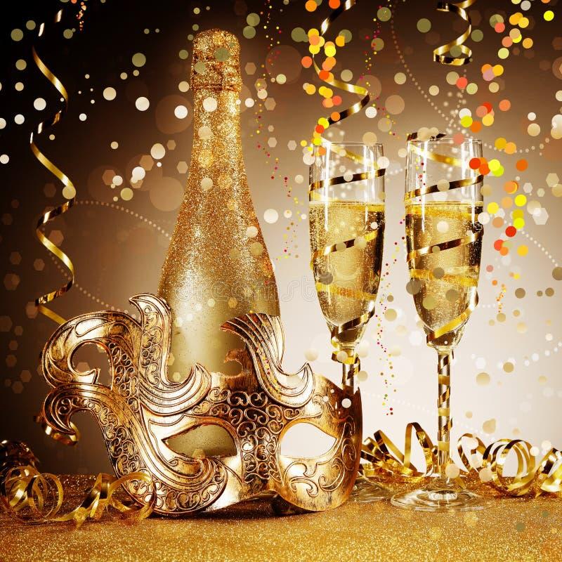 Elegancka Złota przyjęcie maska z szampanem fotografia royalty free