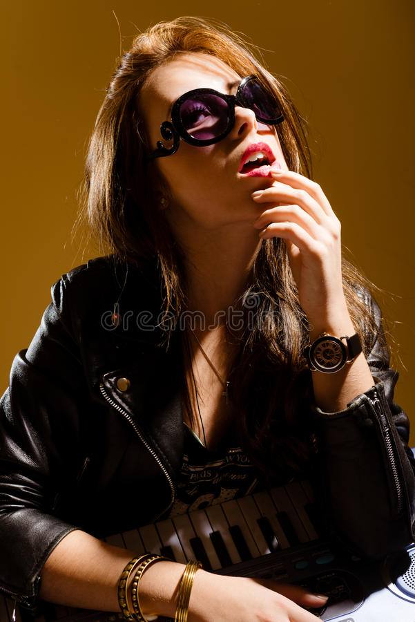 Elegancka zdziwiona młoda kobieta w czarnej skórze zdjęcie royalty free