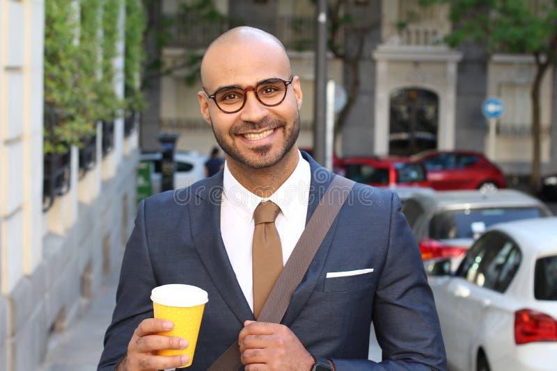 Elegancki łysy mężczyzna ono uśmiecha się outdoors fotografia royalty free