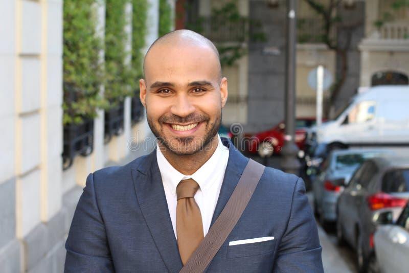 Elegancki łysy mężczyzna ono uśmiecha się outdoors obraz royalty free