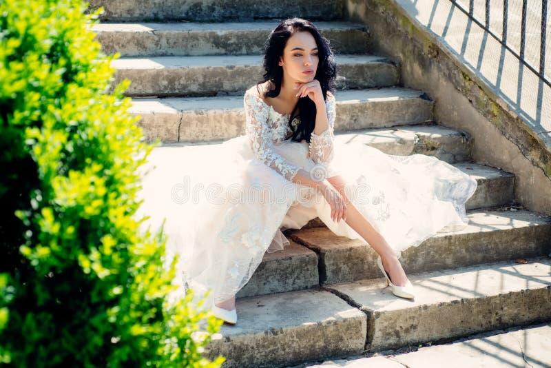 Elegancki ślubny salon czeka panny młodej kobieta przygotowywa dla poślubiać Piękne ślubne suknie w butiku Szczęśliwy zdjęcia royalty free