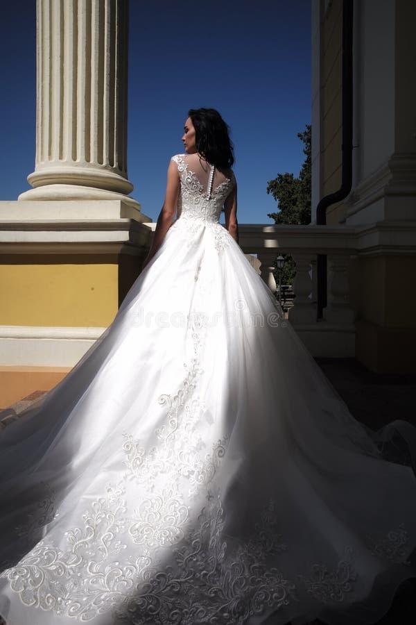 Elegancki ślubny salon czeka panny młodej kobieta przygotowywa dla poślubiać Piękne ślubne suknie w butiku Szczęśliwy zdjęcie royalty free