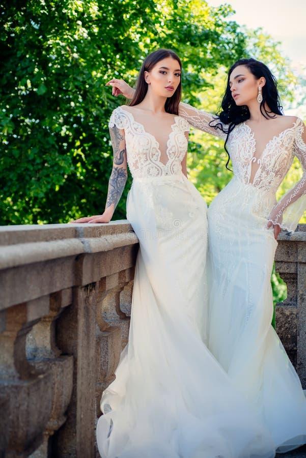 Elegancki ślubny salon czeka panny młodej Szczęśliwa panna młoda przed poślubiać Cudowna bridal toga Piękne ślubne suknie obraz stock