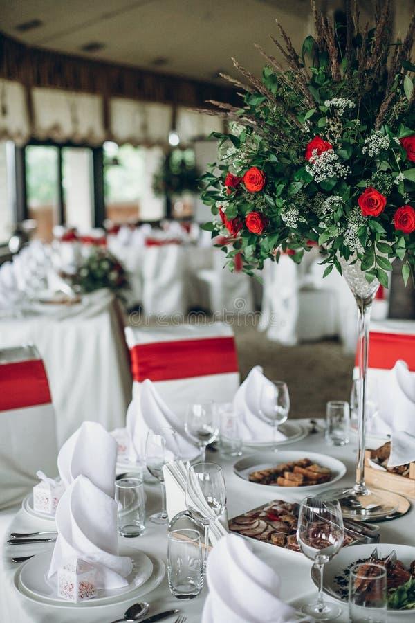 Elegancki ślubu stołu położenie elegancki ślubu stół z czerwieni ro zdjęcie stock