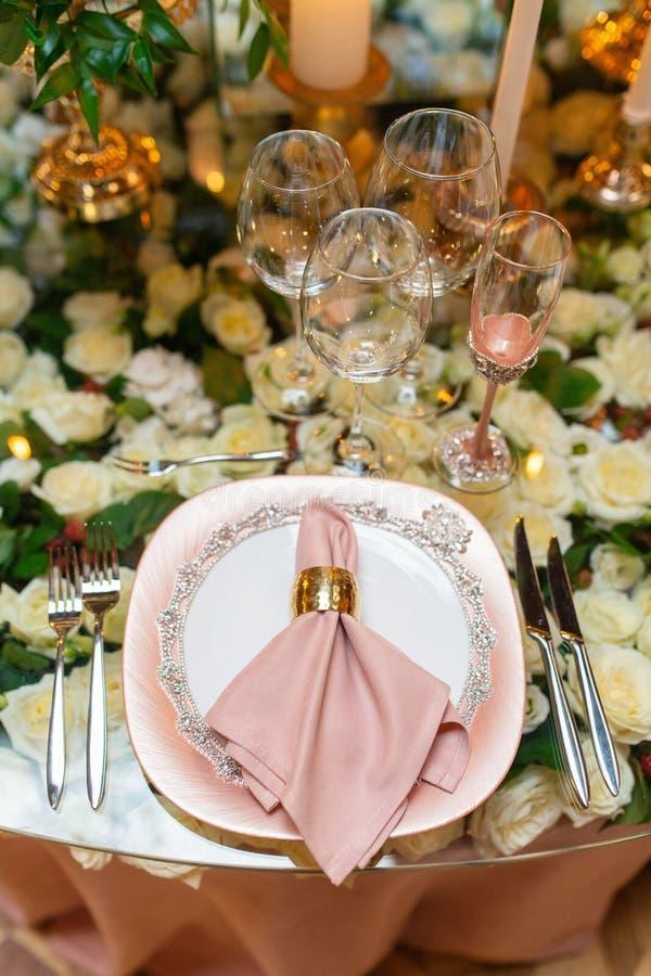 Elegancki ślubu stołu przygotowania, kwiecista dekoracja, restauracja zdjęcie stock