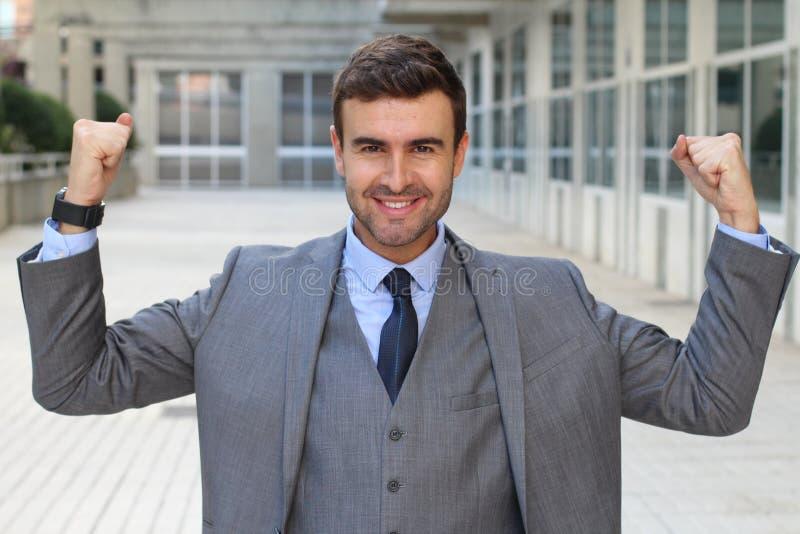 Elegancki śmieszny biznesmen napina jego mięśnie obrazy stock