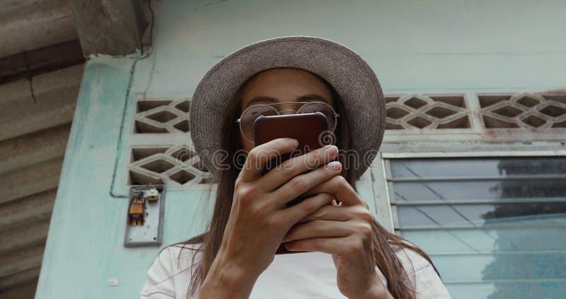 Elegancki żeński używa smartphone blisko podławego budynku zdjęcia stock