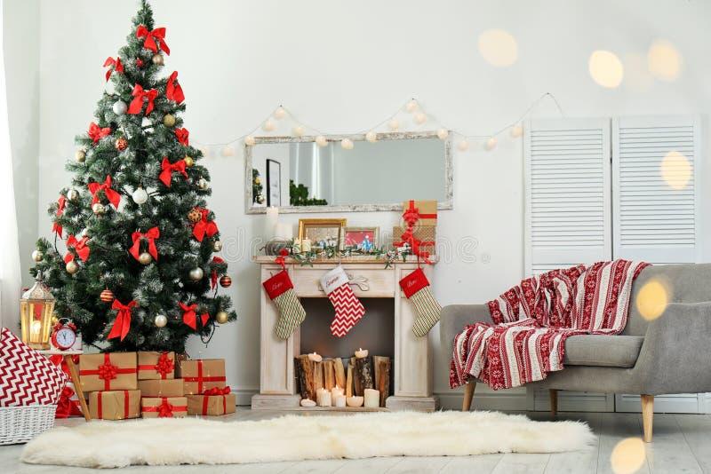 Elegancki żywy izbowy wnętrze z dekorującymi bożymi narodzeniami obrazy stock