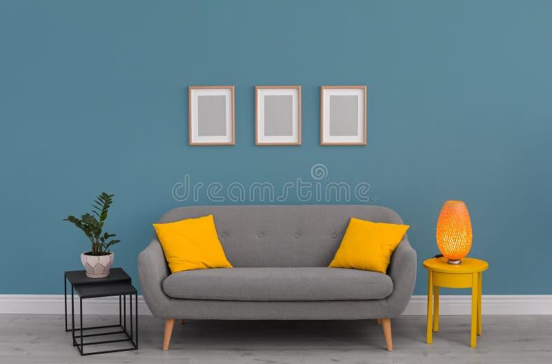 Elegancki żywy izbowy wnętrze z kanapą obrazy stock