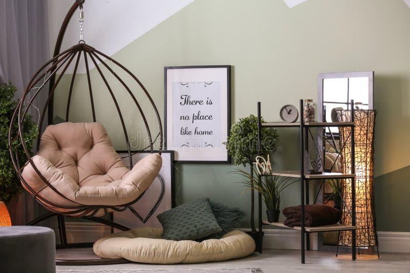 Elegancki żywy izbowy wnętrze z wygodnym karłem fotografia royalty free