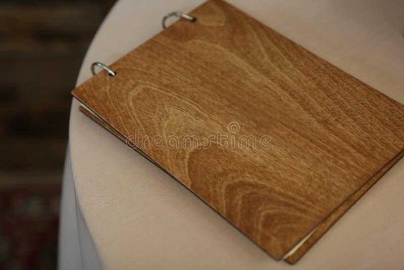 elegancki albumowy drewniany pokrywa stołu bielu tło obraz stock