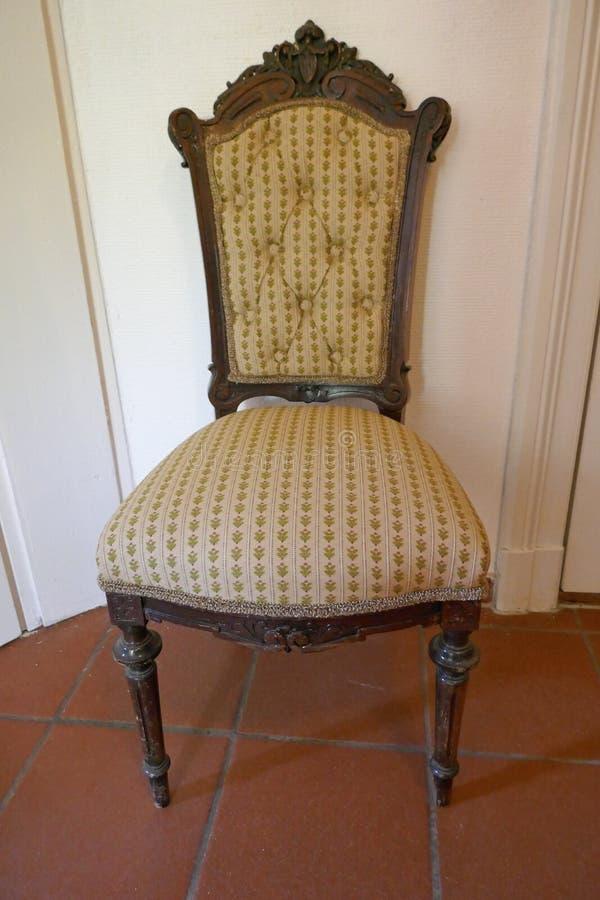 Elegancki antyk tapicerował krzesła z cyzelowaniami, przed biel ścianą obrazy stock