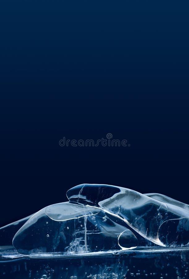 Elegancki artystyczny kawałek lód na błękitnym tle Makro- widoku klejnotów przejrzyści glacjalni krystaliczni przedmioty mrożonej obraz royalty free