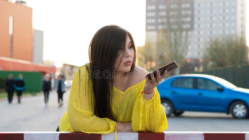 Elegancki azjata dziewczyny pozowa? plenerowy obraz stock