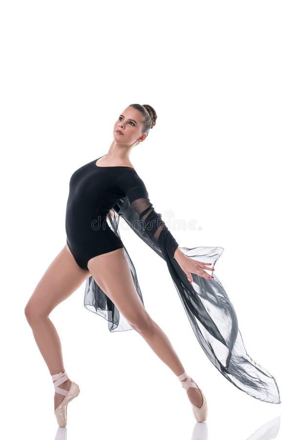 Elegancki baletniczy tancerz pozuje z latającym płótnem fotografia stock