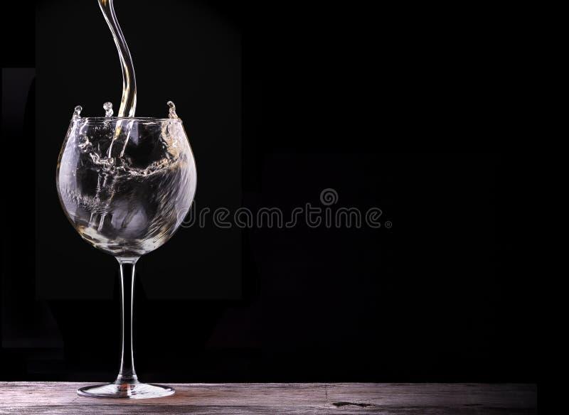 Elegancki białego wina szkło w czarnym tle zdjęcia stock