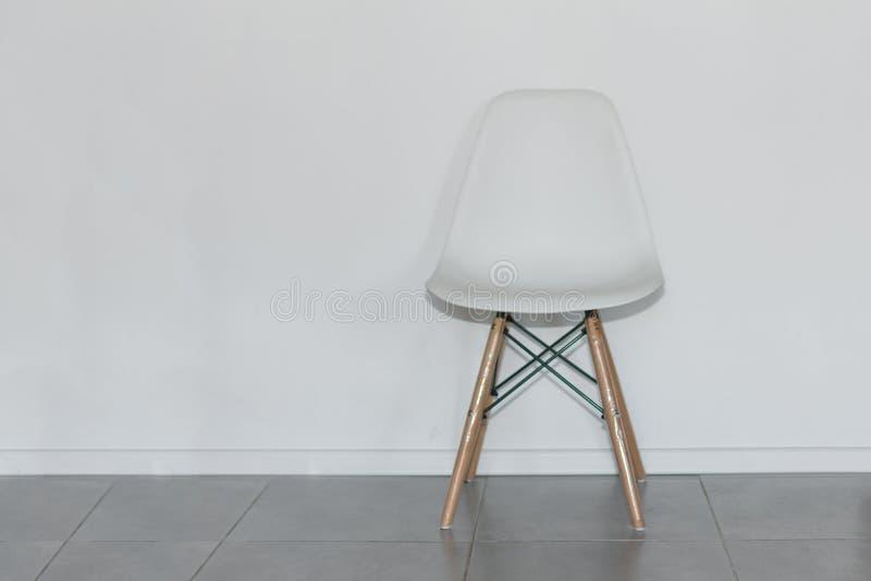 Elegancki biały krzesło blisko biel ściany w pokoju zdjęcie royalty free
