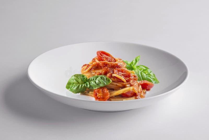 Elegancki Biały round puchar z spaghetti basilem i pomidorem obrazy stock