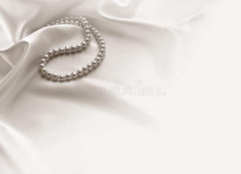 Elegancki biały tło z koronką, jedwabiem i perłami, zdjęcia stock
