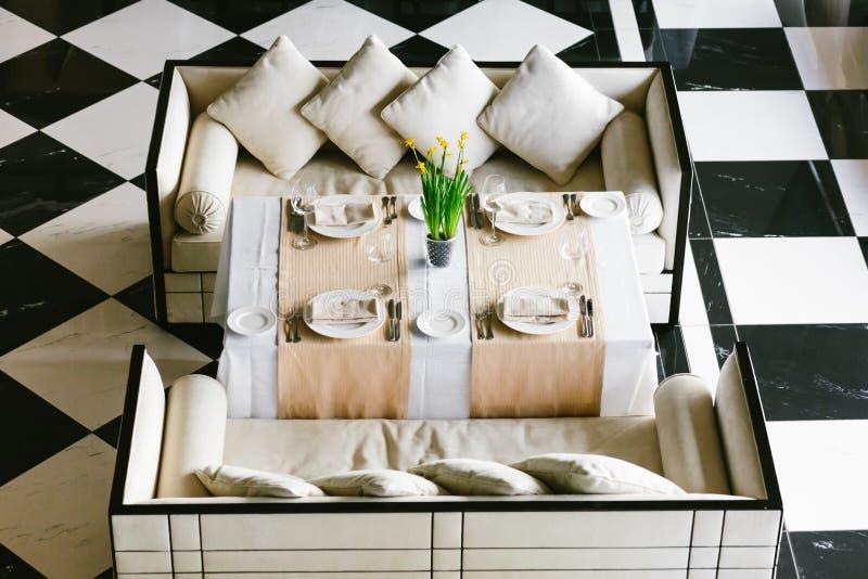 Elegancki biel łomota stół i kanapy Minimalistyczny wnętrze w monochromu 3d odpłacający się pojęcie czarny wizerunek biel Pusty r zdjęcia royalty free