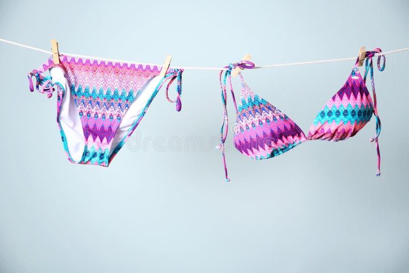 Elegancki bikini obwieszenie na arkanie zdjęcia royalty free