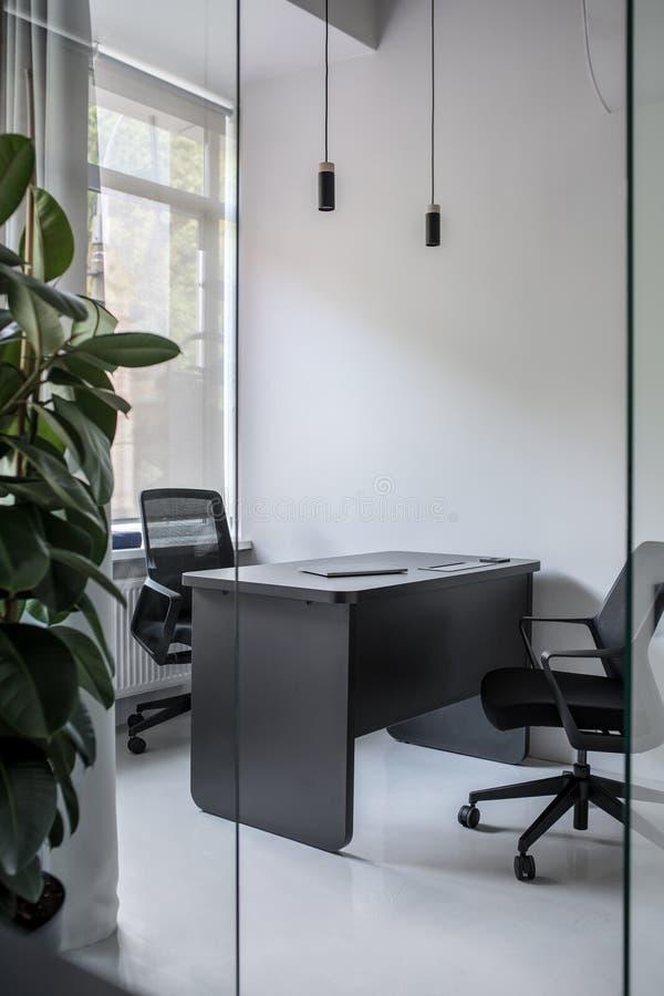 Elegancki biuro w loft stylu z szarymi ścianami zdjęcia stock