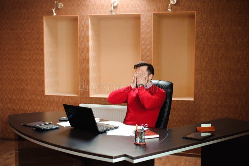 Elegancki biznesmen analizuje dane w biurze obrazy royalty free