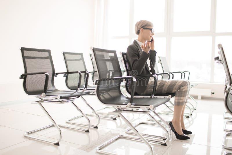 Elegancki bizneswomanu mówienie na telefonie indoors zdjęcie stock