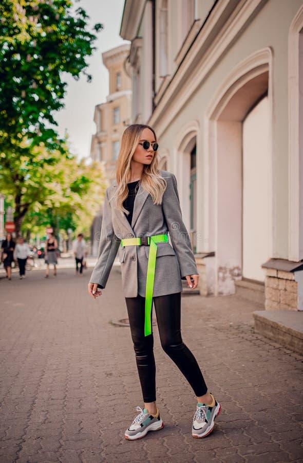 Elegancki blogger pozuje na ulicie zdjęcia stock