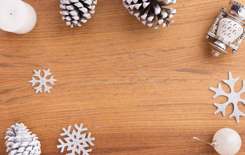 Elegancki Bożenarodzeniowy skład sosen dekoracje na drewnianym tle i rożki obraz stock