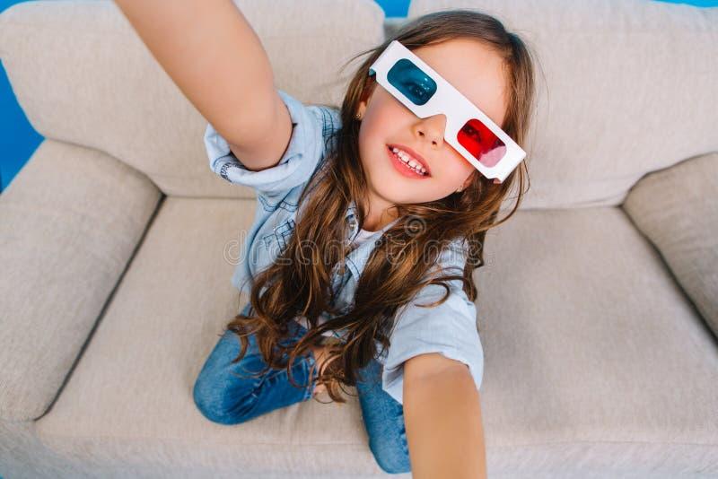 Elegancki brightful selfie portret radosna mała dziewczynka w 3d szkłach z długiej brunetki włosiany ono uśmiecha się kamera na l obraz royalty free