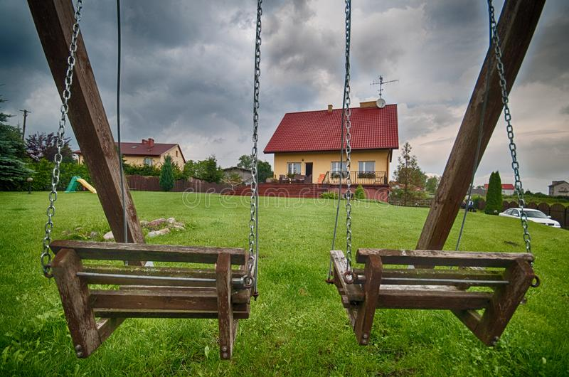 Elegancki dom na wsi w Polska na burzowym dniu zdjęcie stock