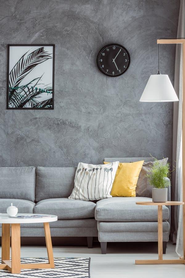 Elegancki domowy wystrój z szarości ścianą zdjęcia stock