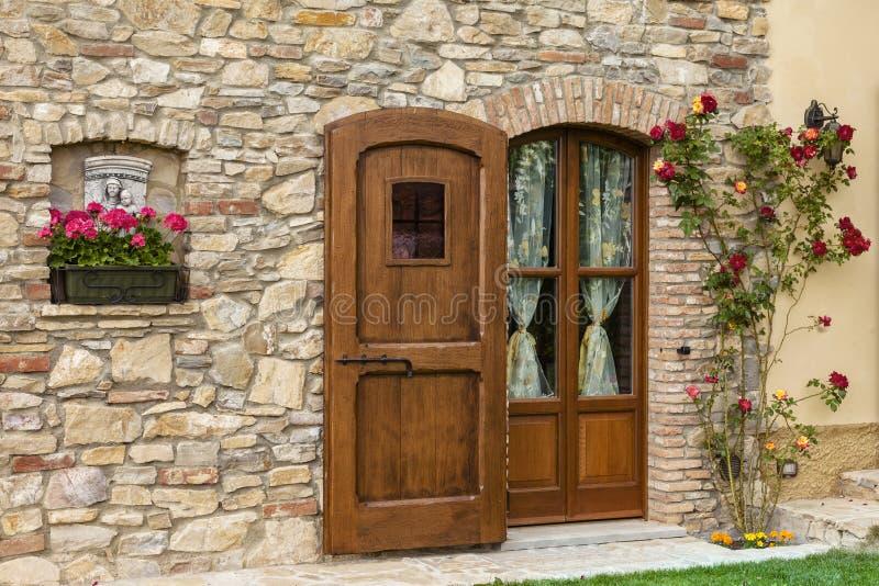 Elegancki drewniany drzwi obraz royalty free