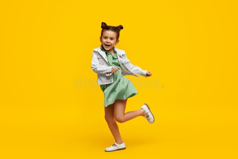Elegancki dziecko ono u?miecha si? i tanczy zdjęcia stock