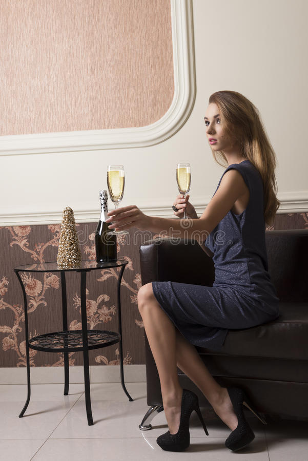 Elegancki dziewczyny ofiary szampan obrazy stock