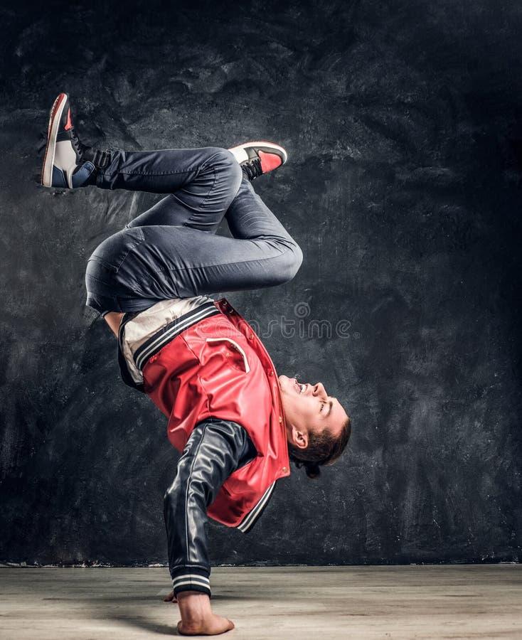 Elegancki facet wykonuje breakdance akrobatycznych elementy zdjęcia royalty free