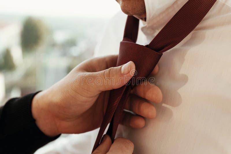 Elegancki fornal dostaje przygotowywający w ranku, stawia na białej koszula r obrazy stock