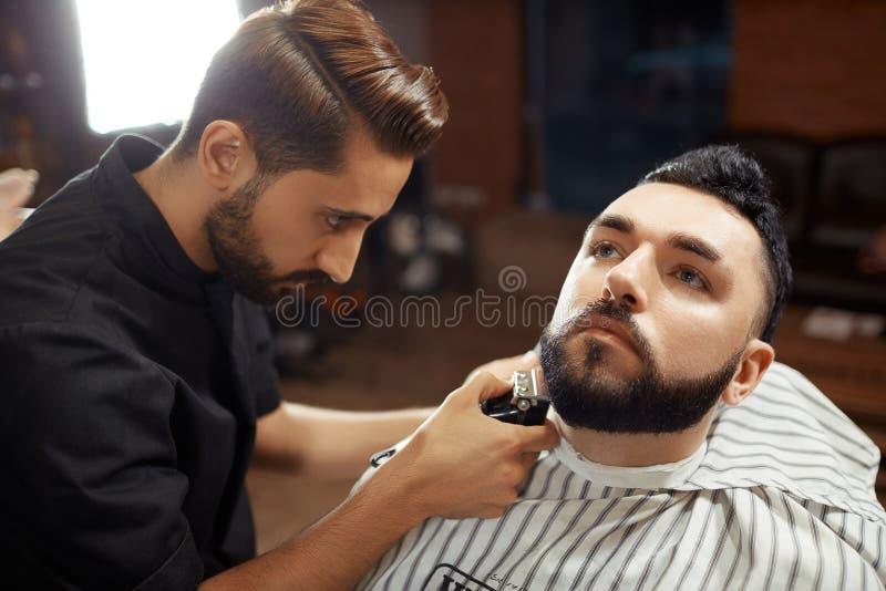 Elegancki fryzjera męskiego golenia mężczyzna zdjęcia stock